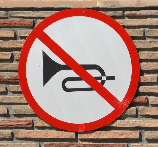 zákaz hraní na trubku