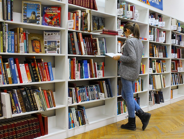 žena v knihkupectví u knih
