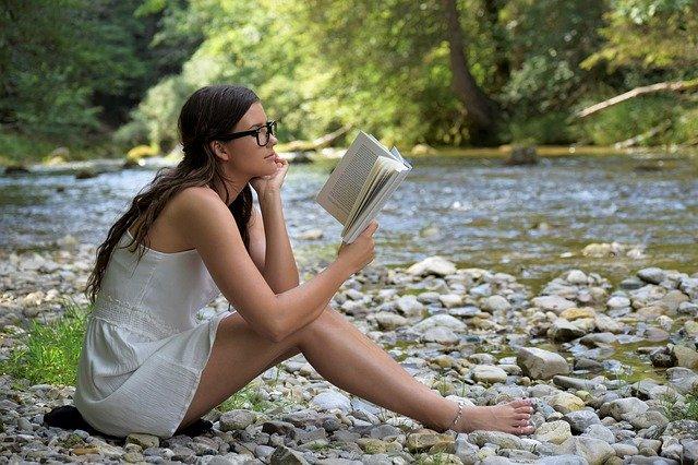 čtení u řeky