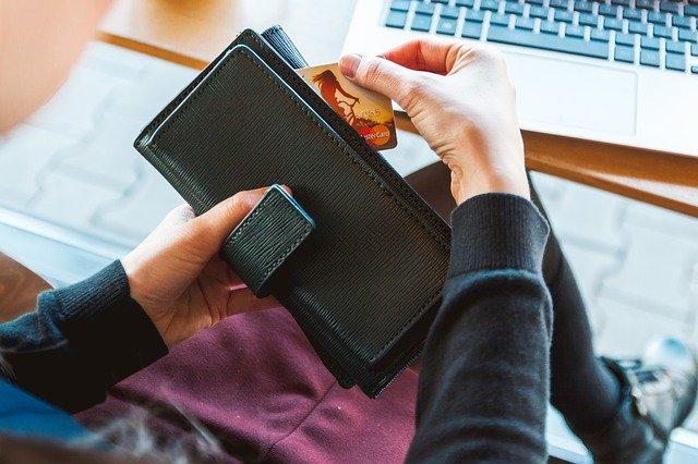peněženka s kreditní kartou