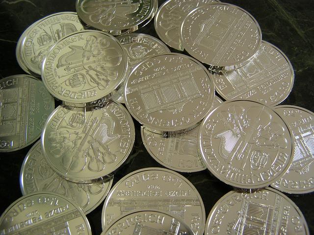 lesklé stříbrné mince, detail