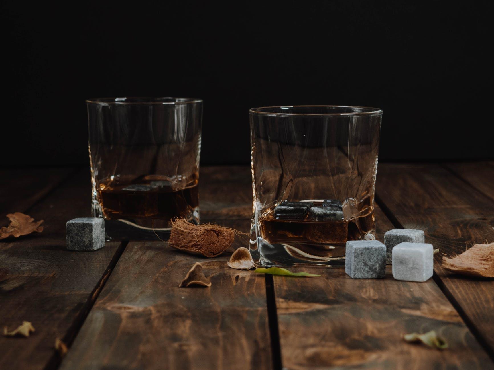 whiskey ve sklenicích